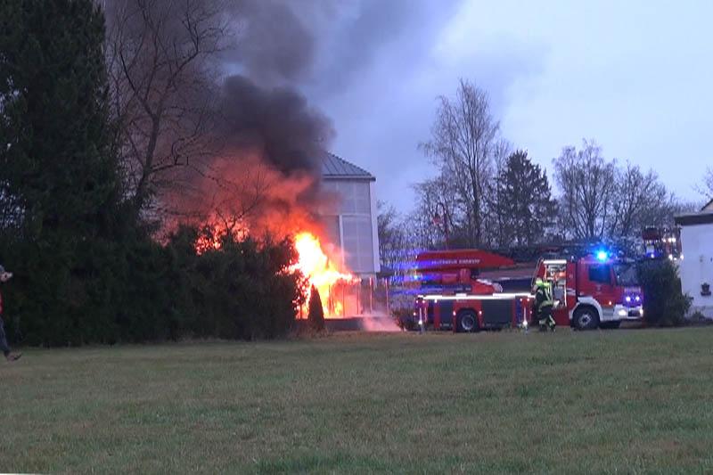 Schuppen und PKW werden in Dierdorf Raub der Flammen