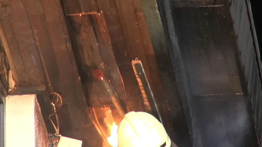 Dachstuhl am Haus in Maxsain fängt an Heiligabend Feuer