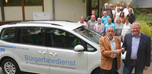 Den Schlüssel für das Fahrzeug für den Bürgerfahrdienst überreichte Bürgermeister Bernd Brato (rechts) an Olaf Dietze, die weiteren Mitglieder der Projektgruppe stehen hinter dem Auto. (Foto: tt)