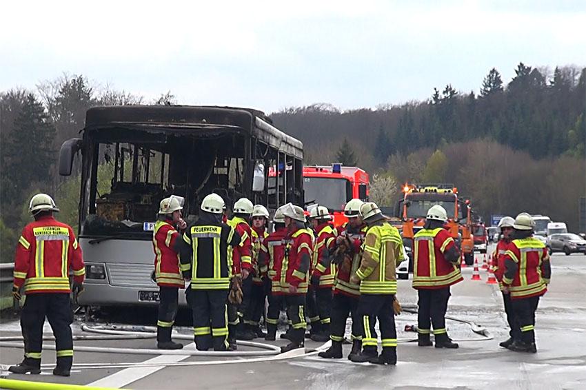 Bus brennt auf A 3 aus – mehrere Verletzte