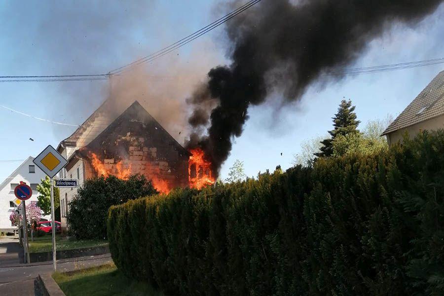 Brand eines Wohnhauses mit zwei verletzten Personen