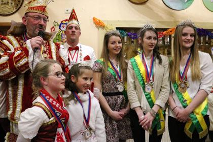 Die Regentinnen des Mi-Careme aus Chagny wurden herzlich begrüßt, Prinzessin Marion, Königin Amélie und Prinzessin Laurine (von links). Prinz Michael II. und Kinderprinzessin Larice I. verliehen die Orden.