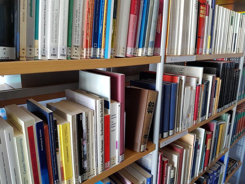"""Mit dem Sonderprogramm """"Digitaloffensive Öffentliche Bibliotheken Rheinland-Pfalz"""" 2019 bis 2020 hilft das Land Rheinland-Pfalz den Öffentlichen Bibliotheken in Dörfern, Verbandsgemeinden und Städten im Land bei der schnellen Digitalisierung. (Foto: mwwk.rlp.de)"""