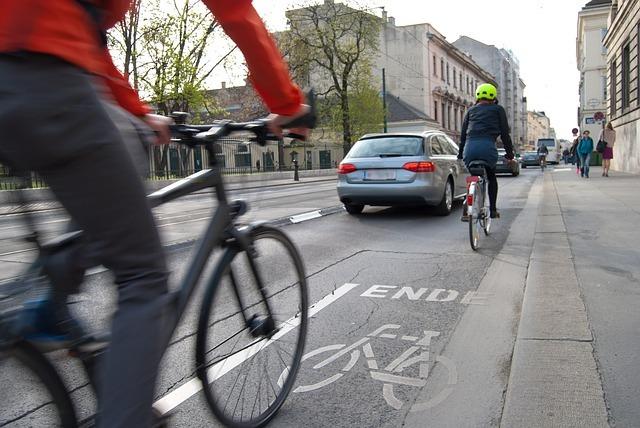 Verkehrswende für den Klimaschutz: Dazu braucht es laut Städte- und Gemeindebund auch einen umfassenden Ausbau des ÖPNV, des Radverkehrs sowie eine bessere Anbindung ländlicher Räume. (Symbolfoto: Timelynx auf Pixabay)