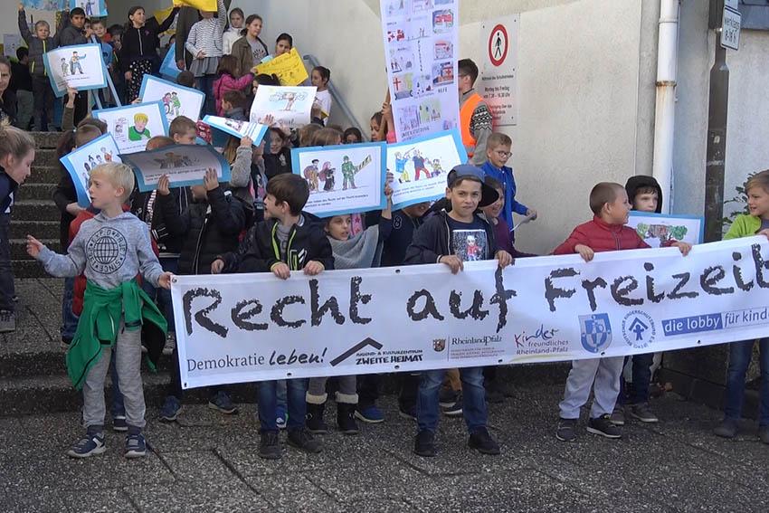 Knapp 500 Kinder demonstrieren für ihre Rechte