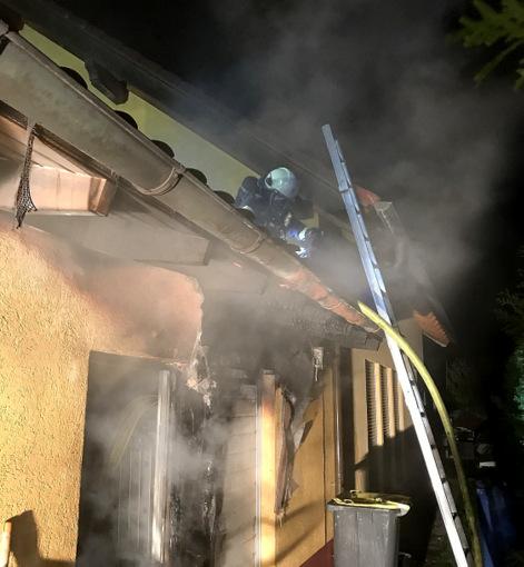 Garagendach und M�lltonnen gingen in Flammen auf