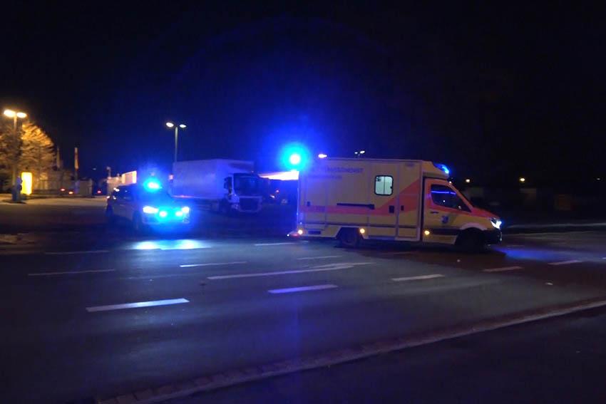 Eine Person wird mit Notarztbegleitung ins Krankenhaus gefahren. Foto: Uwe Schumann