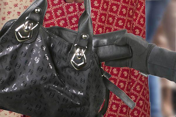 Geldbörse einer älteren Dame aus Handtasche gestohlen