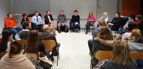 Diskussionsrunde zum Thema Internet: Chancen und Risiken