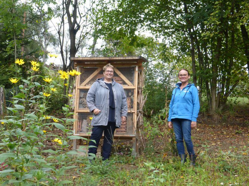 Ortsvorsteherin von Kadenbach, Frau Ute Kühchen (links) und die Bildungsreferentin des NABU Katharina Kindgen (rechts). Foto: Isabelle Thomé