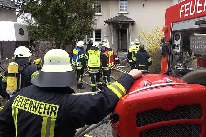 Brand eines Einfamilienhauses mit verletzter Person
