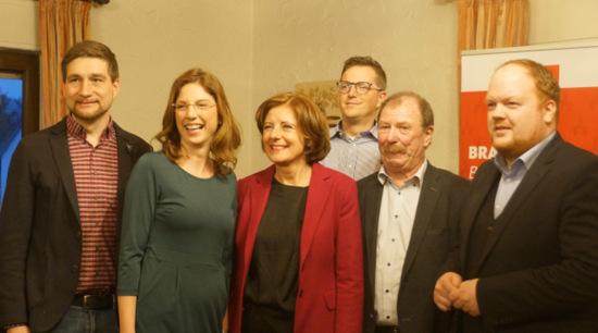 Gute Stimmung bei der SPD in Brachbach: (von links) Matthias Gibhardt, Sabine Bätzing-Lichtenthäler, MdL, Ministerpräsidentin Malu Dreyer, Steffen Kappes, Reinhard Zöller und Andreas Hundhausen. (Foto: ma)