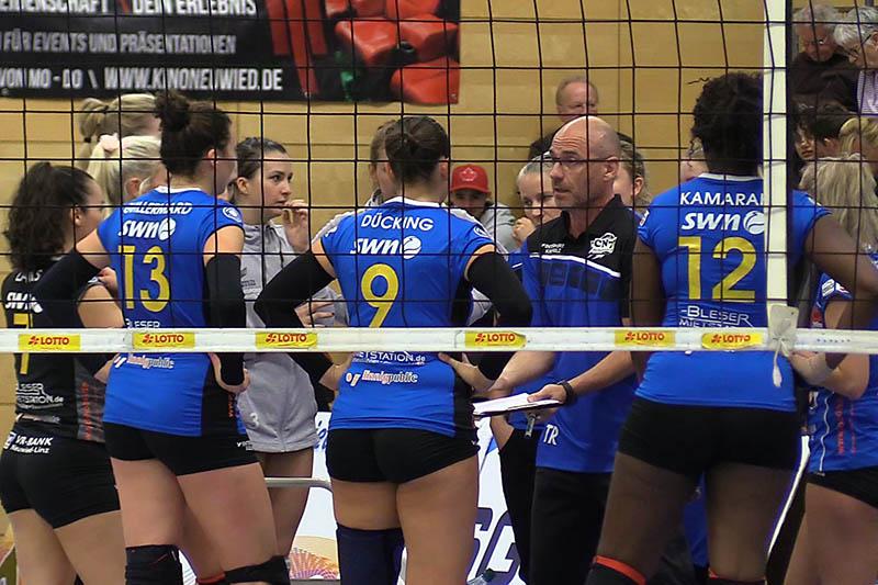 Dirk Groß, Trainer des VC Neuwied hofft, dass die Deichstadtvolleys am Ende der kommenden Woche mit 12 Spielerinnen vollzählig sind. Archivfoto: Wolfgang Tischler