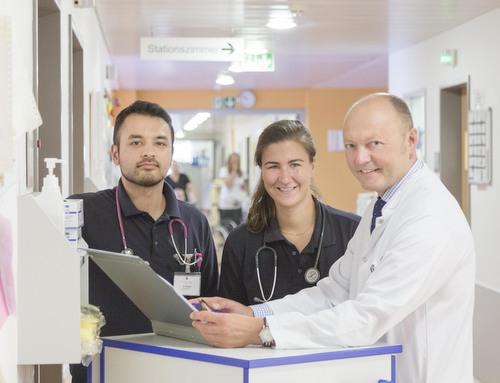 Die PJ-ler Ali Naim und Tamara Su Cheng Tan mit Dr. Gebhard Buchal, Chefarzt in der Kinderklinik (von links). (Foto: DRK-Kinderklinik Siegen)