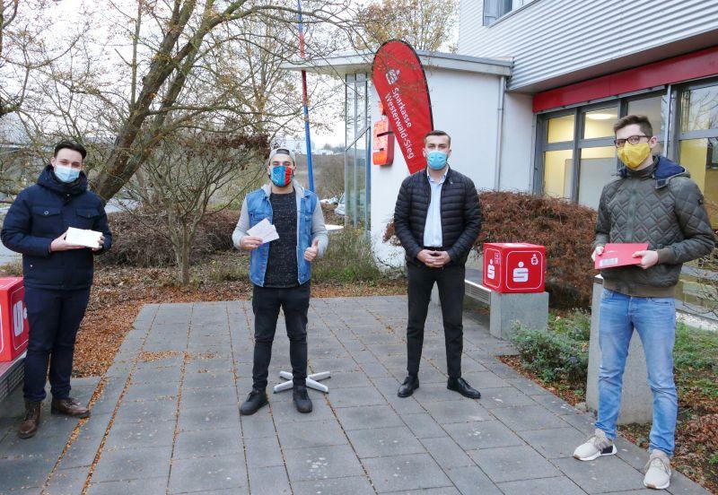 Nahmen stellvertretend für ihr Team die Preise in Empfang: (v.l.) Akin Simsek (Platz 2); Levent Hüsrafoglu (Platz 1); Deniz Bulut (Sparkasse Westerwald Sieg); Leon Reuter (Platz 3). Foto: Sparkasse Westerwald Sieg