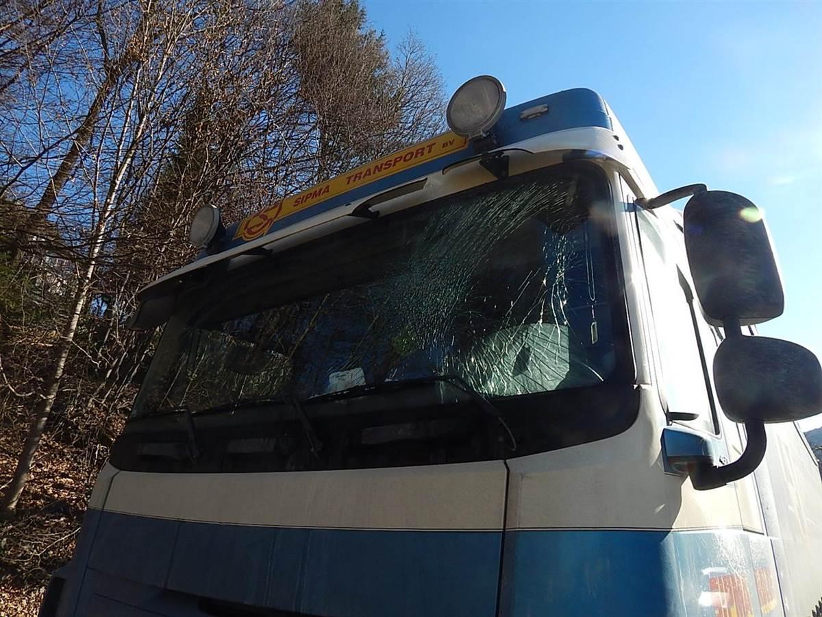 Kirchen-Freusburg: Losgelöste Eisplatte prallt gegen Lkw
