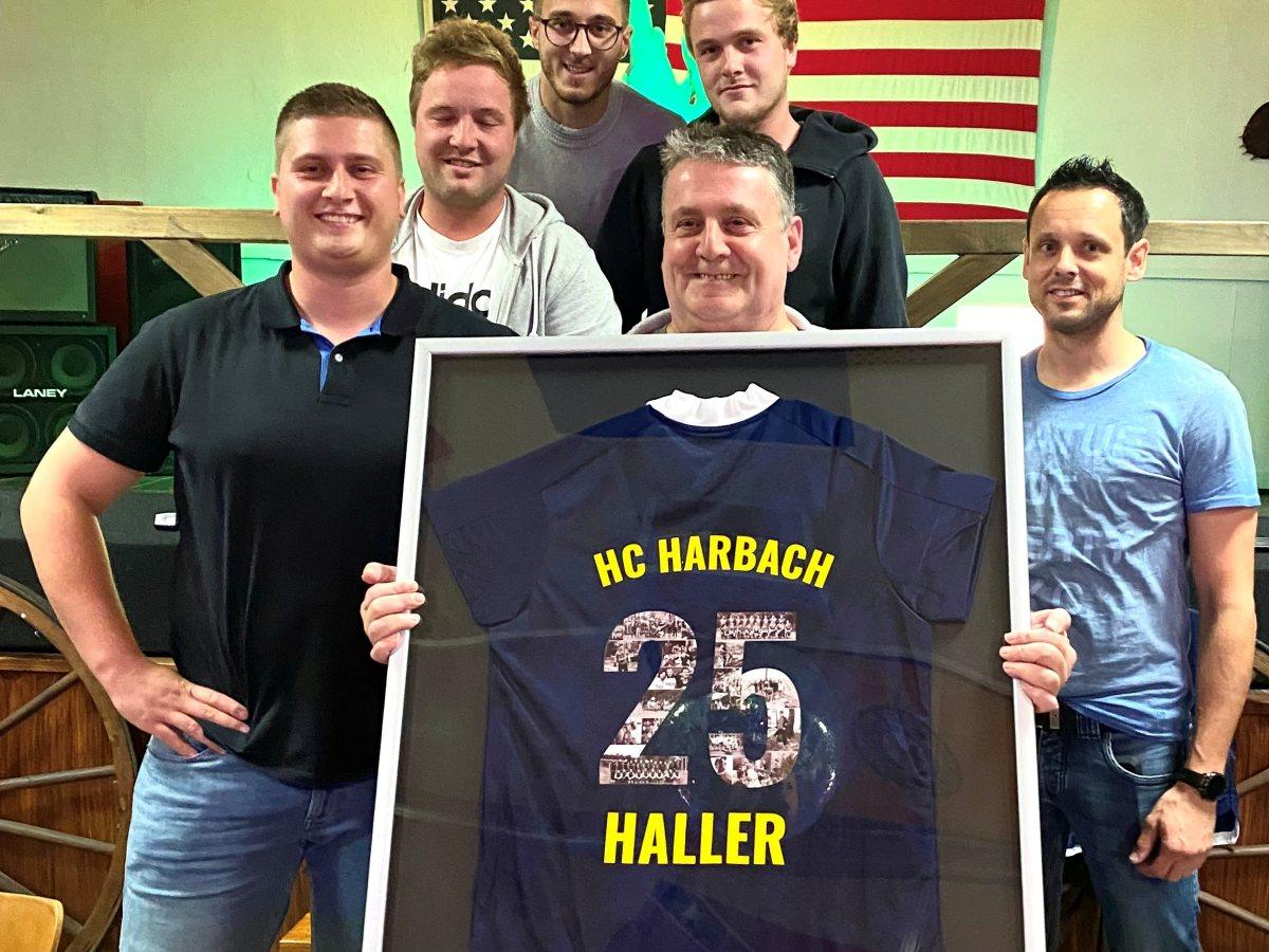 Ehrungen beim Hobbyclub Harbach: Besonderes Trikot für Trainer Hallerbach