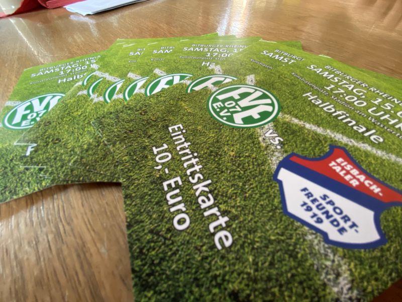 Kartenvorverkauf für das Eisbachtaler Ticketkontingent für das Fußball-Rheinlandpokal-Halbfinale zwischen dem FV Engers und den Sportfreunden Eisbachtal. Foto: Andreas Egenolf, Sportfreunde Eisbachtal