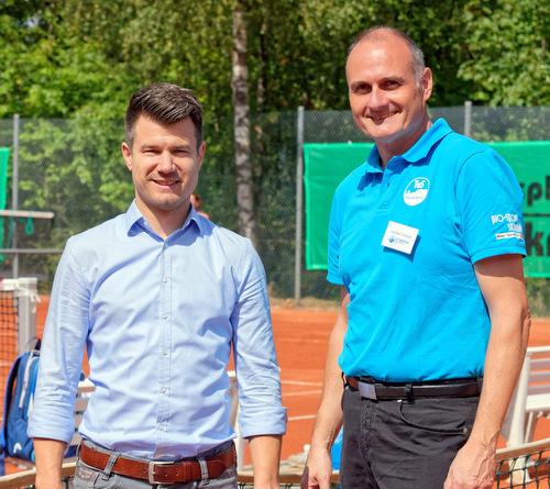 Stadtbürgermeister Stefan Leukel (links) und TuS-Vorsitzender Jochen Cramer bei der EInweihung der neuen Hachenburger Tennisplätze. (Foto: Martin Fandler)