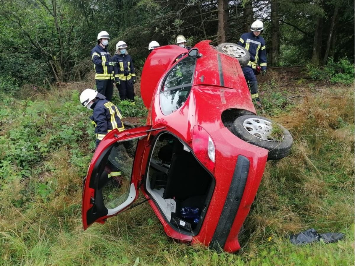 Auto überschlägt sich in Emmerzhausen – Fahrer leichtverletzt