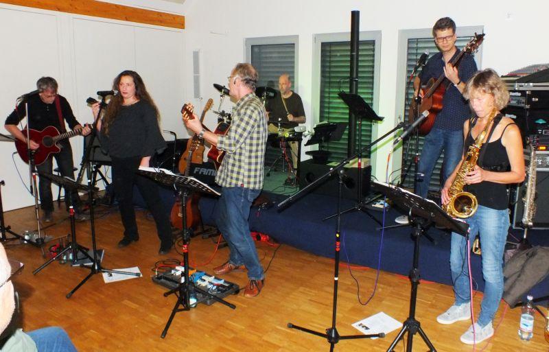 Band Endlich spielte Lieder zum Anlehnen und Anecken