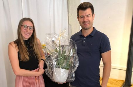 Stadtbürgermeister Stefan Leukel gratulierte Marie-Isabel Becker zur Eröffnung ihrer Praxis mit Blumen. Foto: privat
