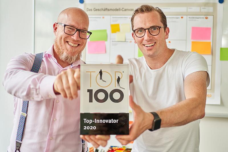 Christian Schröder (links) und Christian Jochemich freuen sich über die Auszeichnung für die Energieversorgung Mittelrhein. Foto: Sascha Ditscher/EVM