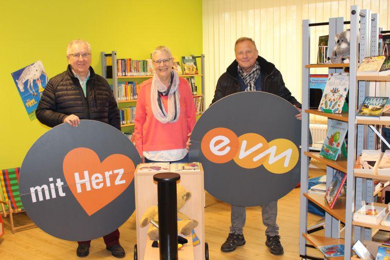 """""""evm mit Herz"""" unterstützt die neue Bücherei in Roßbach/WW"""