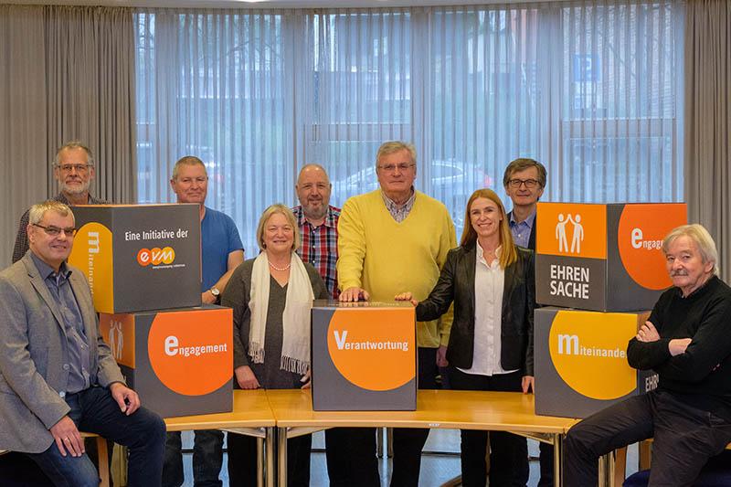 Claudia Probst übergibt den Spendenbetrag zusammen mit dem Bürgermeister der Verbandsgemeinde, Hans-Günter Fischer, an den Verein. Zusätzlich gibt es noch neue EVM-Sitzwürfel. Foto: EVM/Homann