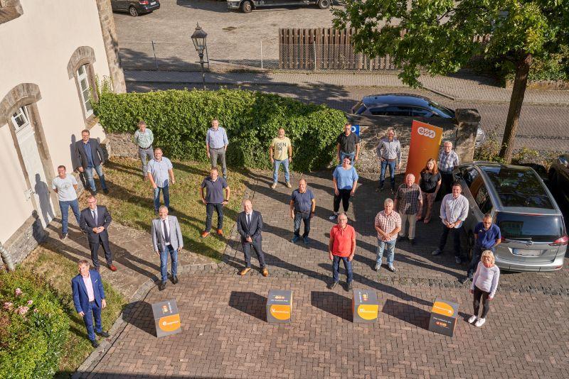 Auf die nächsten 20 Jahre: Verbandsgemeindebürgermeister Klaus Lütkefedder freut sich mit Vertretern der Ortsgemeinden und der evm-Gruppe über die Unterzeichnung der neuen Stromkonzessionsverträge. Foto: evm/Ditscher.