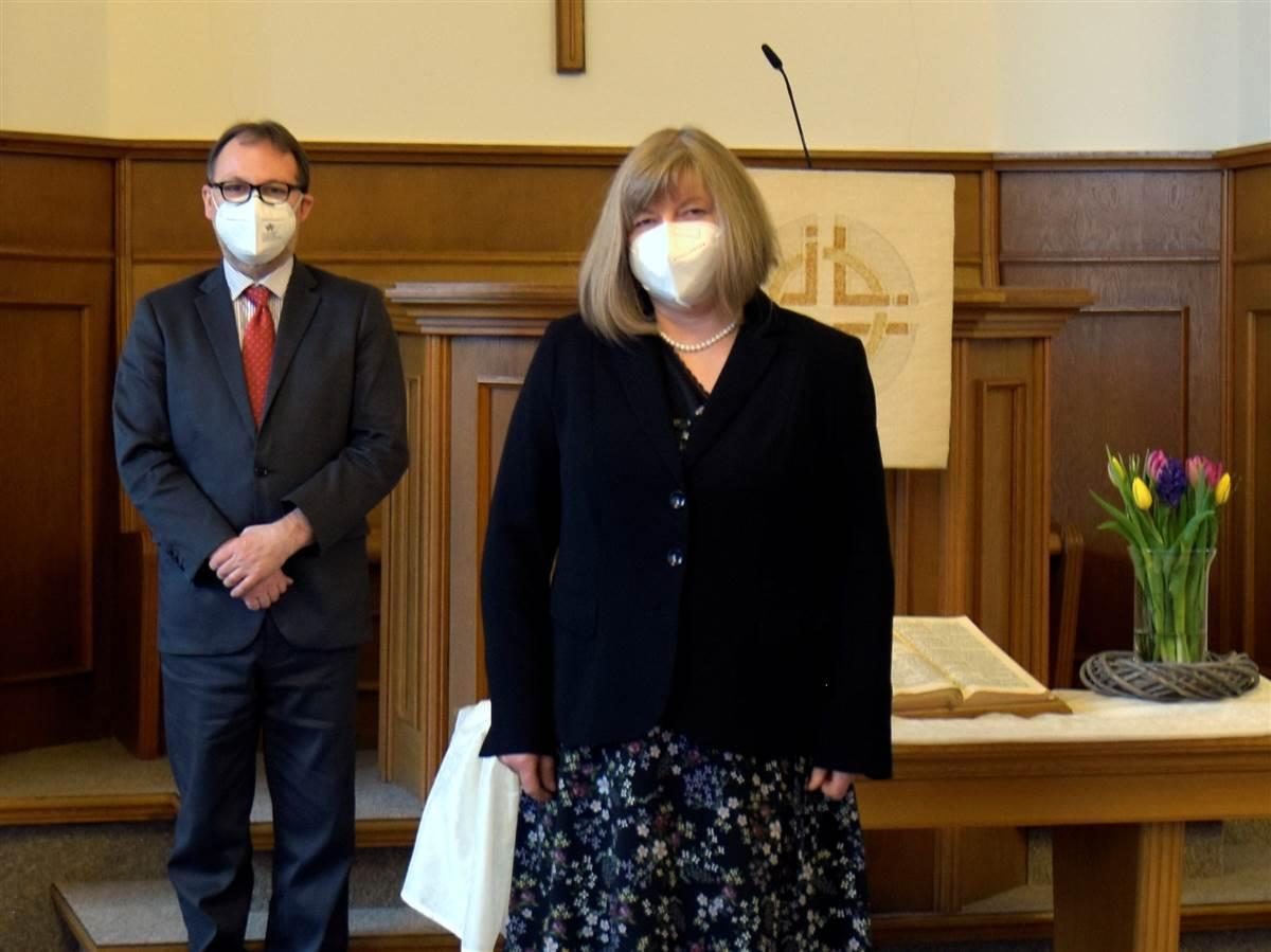 Die neue Pastorin (rechts) wurde nun im kleinen Kreis in ihr Amt eingeführt. Der Teilnehmerkreis war klein aufgrund der Pandemie. Lediglich Vertreter der Bezirksvorstände, wie Hendrik Stühn (links) waren anwesend. (Fotos: EmK)