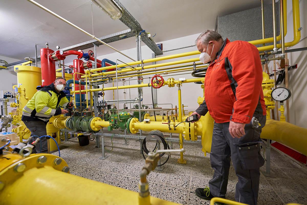 Holger Bux (links) und Rainer Hickl prüfen die Anlage in Großmaischeid vorab, bevor die Umschaltung auf H-Gas vorgenommen wird. Fotos: Sascha Ditscher/evm