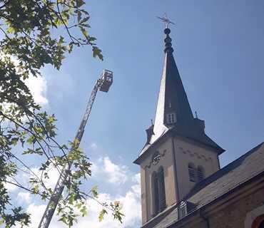 Turmfalken sorgen f�r einen Einsatz der Feuerwehr Kirchen