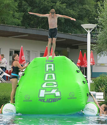 Schwimmbadfest im Erlebnisbad Herschbach mit aktiven Kindern