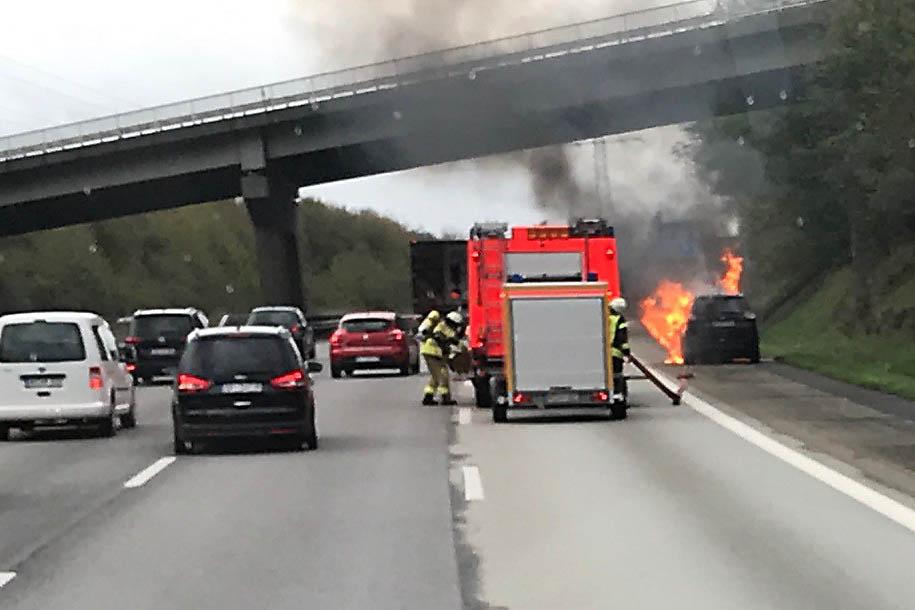 Feuerwehr Neustadt löscht brennenden PKW auf Autobahn