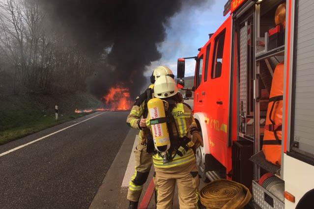 LKW brennt auf A 3 bei Neustadt aus