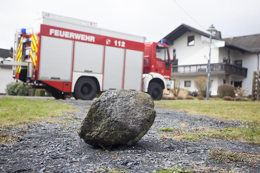 Dieser Stein hat die Ölwanne des Fahrzeuges augenscheinlich aufgerissen. Fotos: Feuerwehr Puderbach