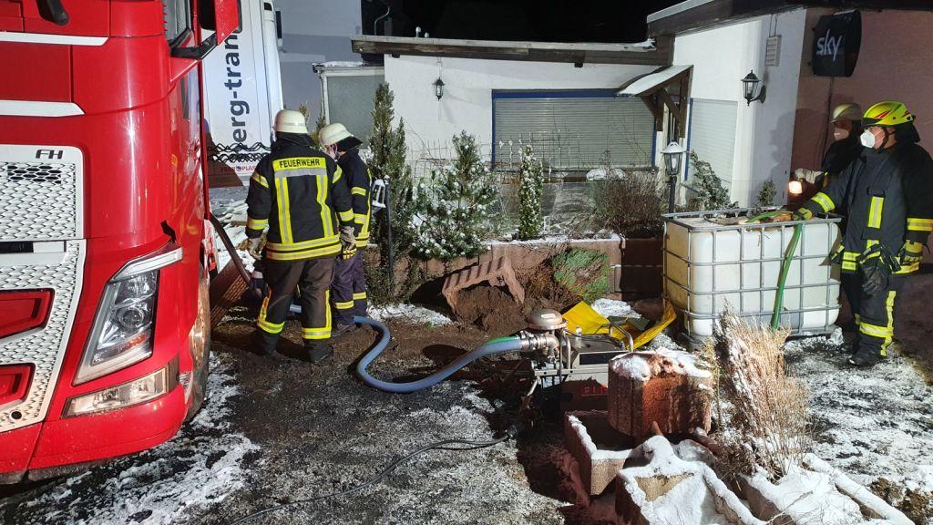 Der verunfallte LKW kam in einem Hof zum Stehen. Fotos: Feuerwehren der VG Westerburg