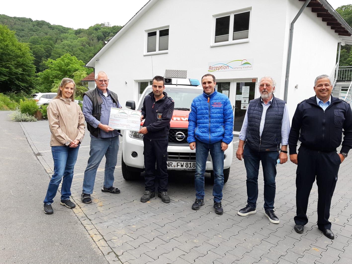 Feuerwehr Waldbreitbach erhält Spende vom Campingplatz Wiedhof