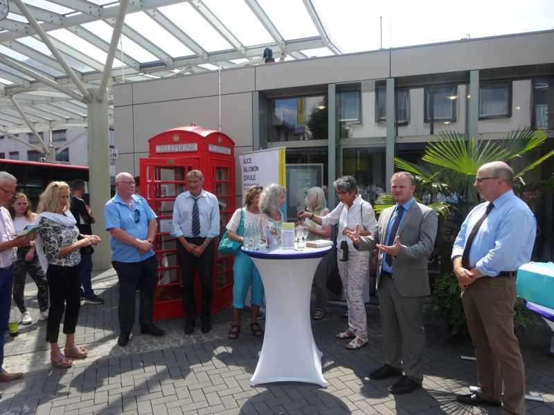 Eröffnung des Offenen Bücherschranks an der Tourist-Information. Foto: Stadtverwaltung Neuwied