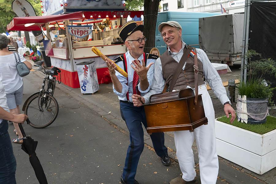 Die beiden Walking-Acts bereichern immer den Französischen Markt. Fotos: Wolfgang Tischler