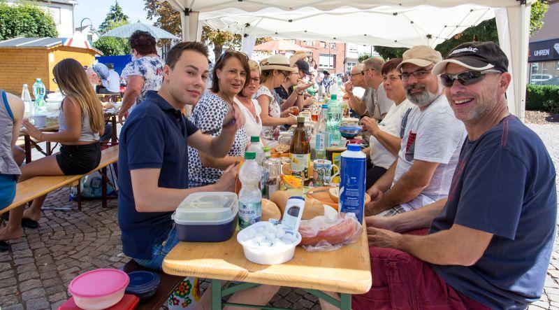 Ein großer Frühstückstisch am Marktplatz in Selters