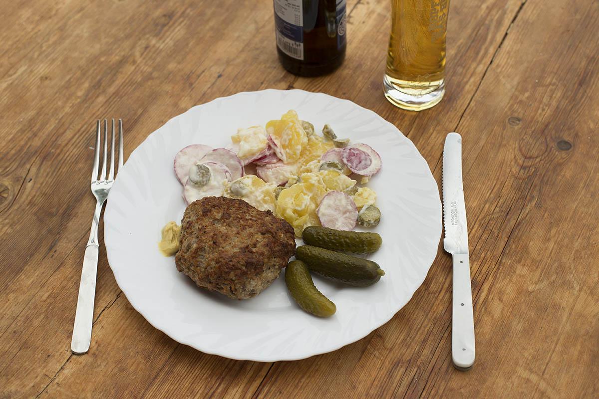 Westerwälder Rezepte: Kartoffel-Radieschen-Salat mit Frikadelle