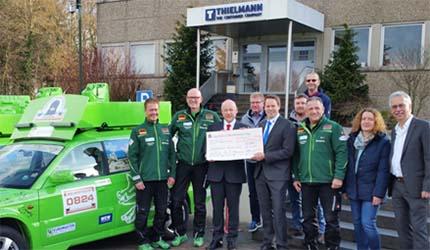 Die Hachenburger Frischlinge erhielten den symbolischen Scheck von den Geschäftsführern Frank von der Heyden (3. v.l.) und Björn Stolz (5. v. l.). Foto: Verein