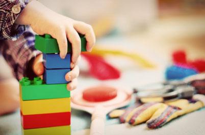 Kindergartenplätze werden rar. Dieses Kind deutet bereits im Spiel die Lösung an – nämlich in Form der Modulbauweise, die sich so einfach zusammensetzen lässt wie Bausteine. pixabay.com <a href=https://pixabay.com/de/users/feeloona-694250/ target=_blank>© FeeLoona</a> (<a href=https://creativecommons.org/publicdomain/zero/1.0/deed.de target=_blank>CC0 Public Domain</a>)