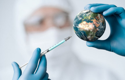 Fast ist es geschafft. Doch bis die Welt durchgeimpft ist, werden noch Monate und Jahre der Einschränkungen verbleiben. (stock.adobe.com © <a href=https://stock.adobe.com/de/images/pandemic-concept-close-up-of-scientist-injecitng-vaccine-into-the-earth/322722600?prev_url=detail target=_blank>rangizz</a>)