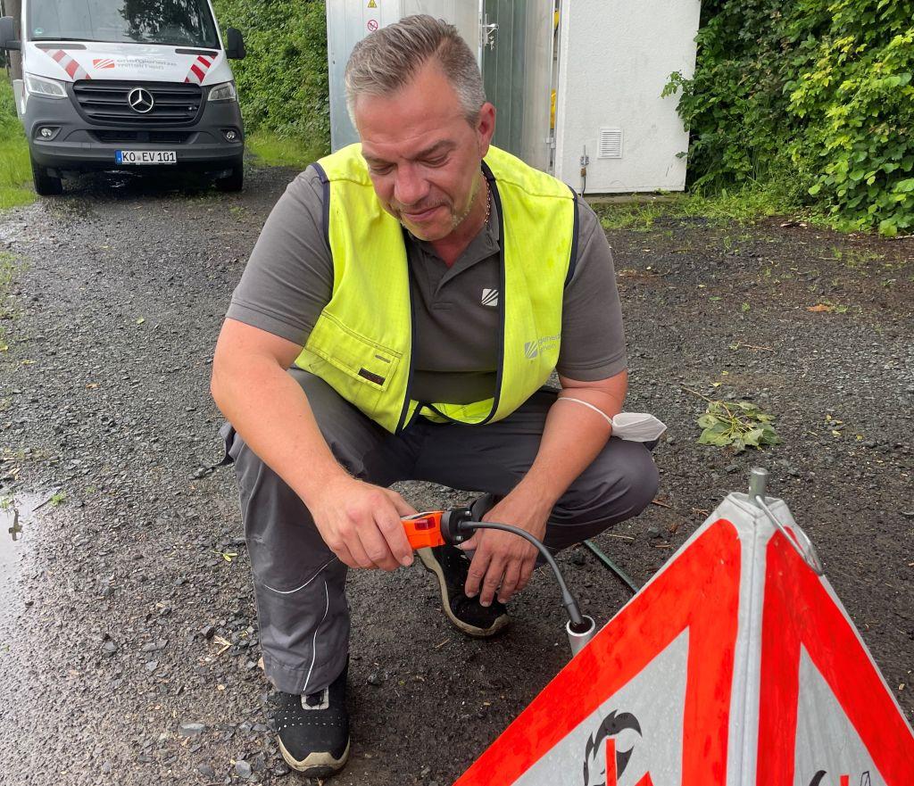 Kontrollmessung in Herschbach: Holger Bux von der enm prüft anhand des Methangehalts, ob das H-Gas bereits an der Station an der Forststraße eingetroffen ist. Foto: Marcelo Peerenboom/evm