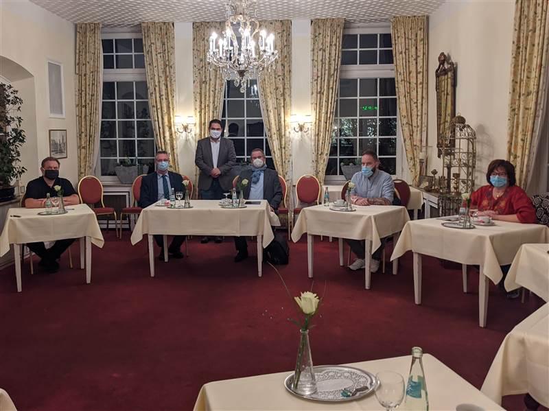 """Düstere Einsichten in die Lage der Gastronomie in Corona-Zeiten: Sven Loosen (""""Breidenbacher Hof""""), Jürgen Deneu (""""Im Heisterholz""""), Oliver Rohrbach (IHK), Christian Dübner (IHK), Marc Peter (""""Struthof"""") und Doro Baldus (""""Hüttenschenke""""). Foto: ddp"""