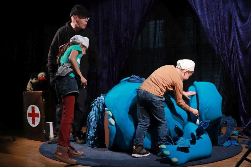 Erste Hilfe für den großen Globbo. Foto: Rita Steindorf