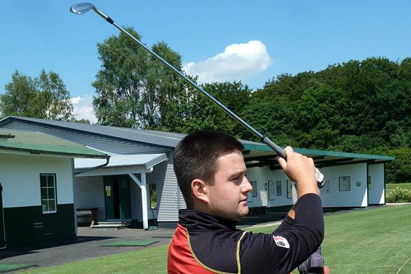 Max Schmitt spielt sich im Golfsport an die Spitze